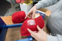 Красные бейсболки с логотипом «ВРЕМЯ ПЕРВЫХ»