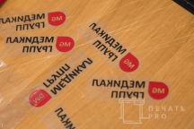 Серые футболки-поло с логотипом «МЕДИКАЛ ГРУПП»