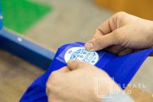 Синие бейсболки с логотипом «КАРУСЕЛЬ»