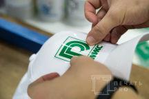 Белые бейсболки с логотипом «РЕМИКС»