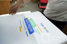 Белые футболки с надписью и лого «Легко быть рядом»