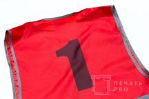 Красный сигнальный жилет с цифрой «1»