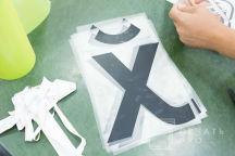 Серые футболки с текстом «Х»