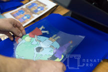 Синие футболки с рисунком и надписью «ВОЛОНТЕР - Играем и развиваемся»