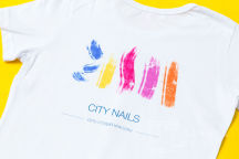 Белые футболки с логотипом в виде разноцветных мазков
