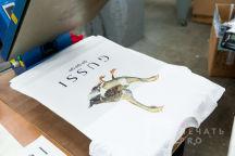 Белая футболка с картинкой и надписью «GUSSI»