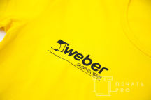 Печать надписи Weber на футболках