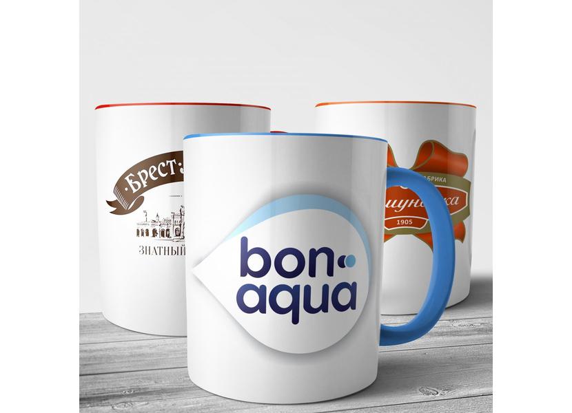 Фото чашек с разноцветными логотипами разных компаний