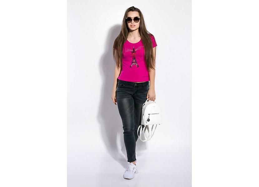 Картинка с девушкой в яркой футболке цвета фуксии