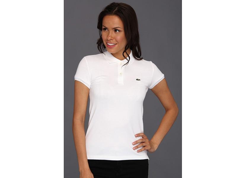 Фото девушки в модной белой футболке с известным логотипом