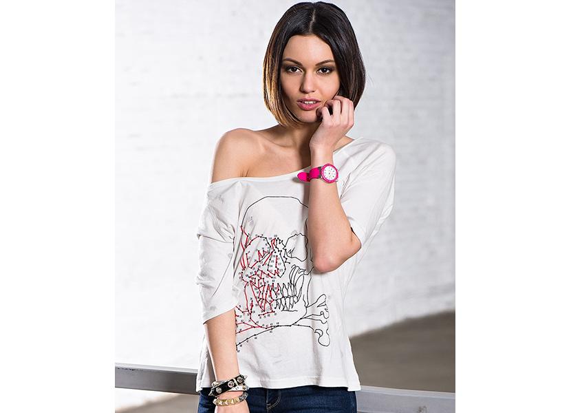 Картинка с модной футболкой для девушки, спадающая на плече