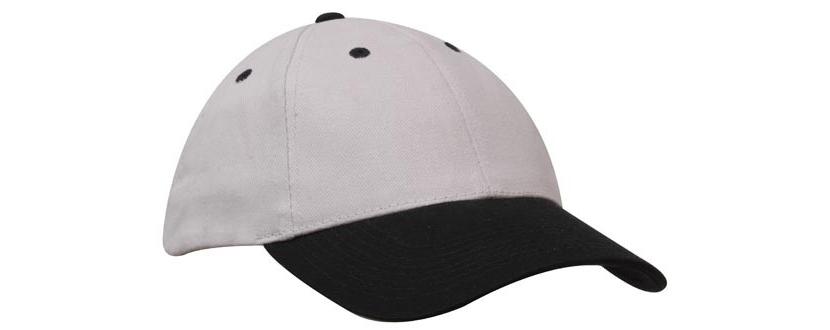 Фото классической кепки белого цвета с черным козырьком