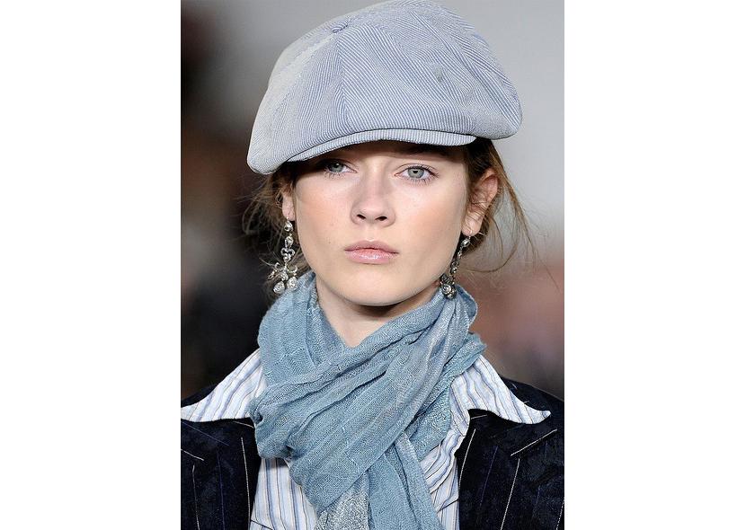 Фото женской кепки хулиганки серого цвета