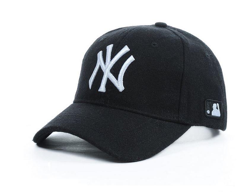 Картинка с черной бейсболкой с логотипом, унисекс